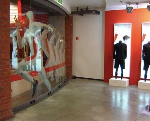 Impression grand format et découpe numérique pour adhésivage de vitrine.