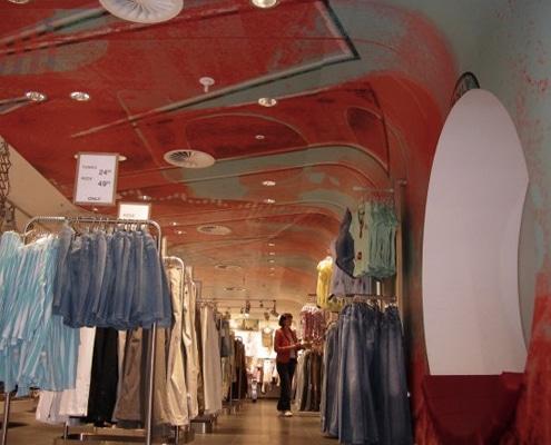 Agencement d'un magasin, d'une boutique avec une communication visuelle grand format.