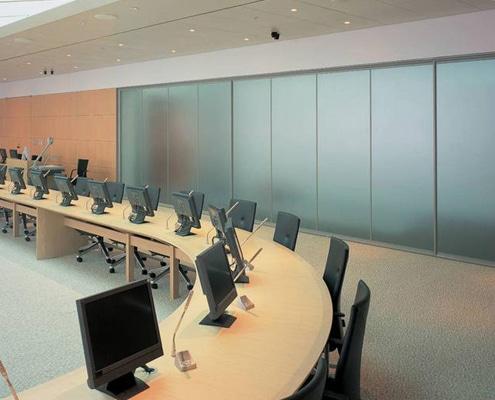 Film adhésif aspect verre dépoli et sablage pour masquer des vitres de bureau avec design.