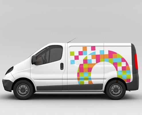 Un marquage sur véhicule utilitaire réalisé avec un adhésif imprimé puis découpé.