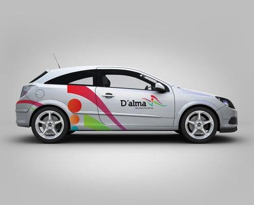 Un marquage autocollant sur voiture permet une communication mobile efficace.