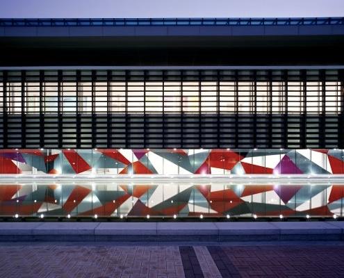 Réalisation d'un visuel adhésif géant en découpe et en impression numérique pour habiller une façade vitrée.