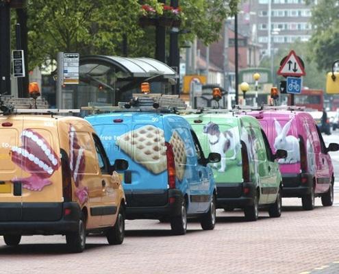 Pour votre opération de de street marketing Remarquable! réalise la pose de covering pour un affichage mobile efficace.
