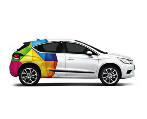 Un covering publicitaire sur une voiture permet d'assurer efficacement a promotion de votre société.