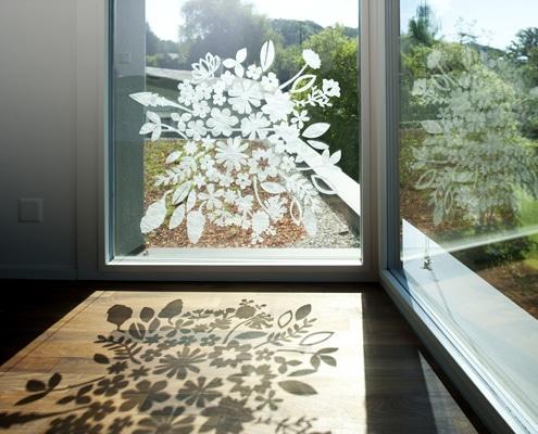 Décoration adhésive sur vitre et vitrine.