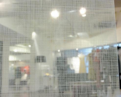 Habillage d'une paroi vitrée avec film Fasara de 3M.