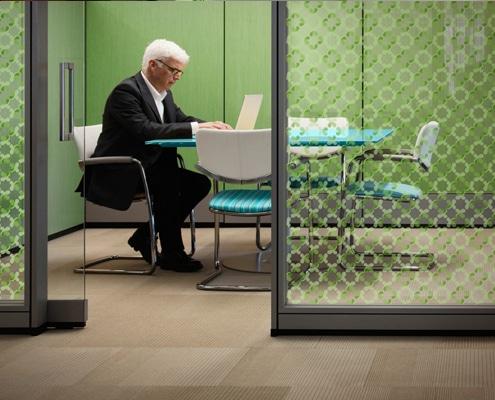 Design intérieur sur parois vitrées avec de l'adhésif pour décoration de vitrage.