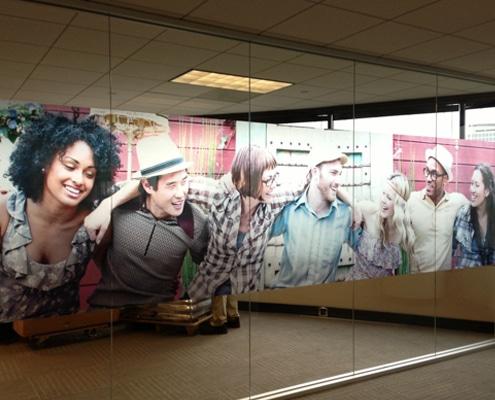 Impression et pose de vitrophanie sur vitres et vitrines.
