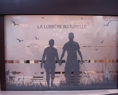 L'alliance du film adhésif dépoli et du lettrage autocollant garantie une communication réussie sur vitres et vitrines.