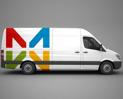 Marquage publicitaire sur véhicule utilitaire.