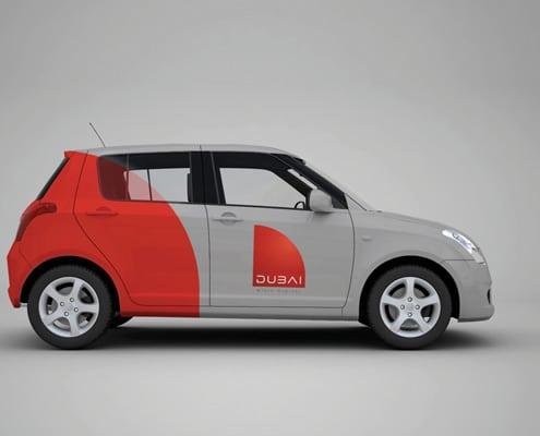 Marquage sur voiture composé d'adhésif microperforé sur les vitres, de lettrage publicitaire et vinyle conformable.