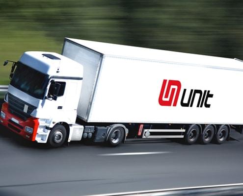 Pose de flocage camion pour un marquage adhésif visible.