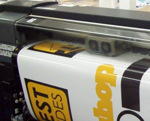 Nous imprimons sur bâche pour la réalisation de vos kakémonos, calicots et banderoles publicitaires.