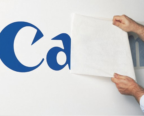 Application de lettrage sur tous supports qu'il s'agisse de murs, de vitrines ou de véhicules.