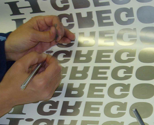 Préparation de lettres autocollantes et mise sous kit.