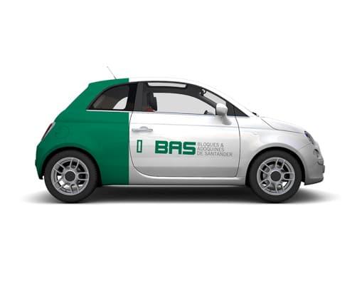 Semi-covering sur une voiture comprenant la pose d'adhésif conformable 3D sur la moitié de la carrosserie du véhicule.