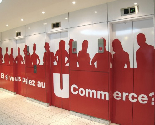 Application de stickers mural sur un ascenseur et pour toute décoration publicitaire intérieure.