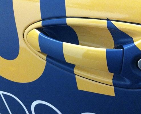 Garantie d'une pose d'adhésif de qualité sur véhicules et vitrines.