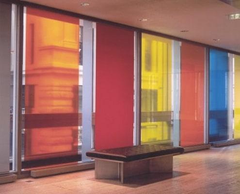 Stickers sur vitre réalisé avec un adhésif translucide coloré.