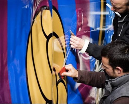 Poseurs d'adhésif à Paris, Lyon, Toulouse, Strasbourg, Lille, Marseille pour la réalisation d'adhésivage de vitrines, de marquages ou de total covering.