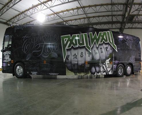 Total covering événementiel sur car de tourisme pour tournée de concerts et road show.