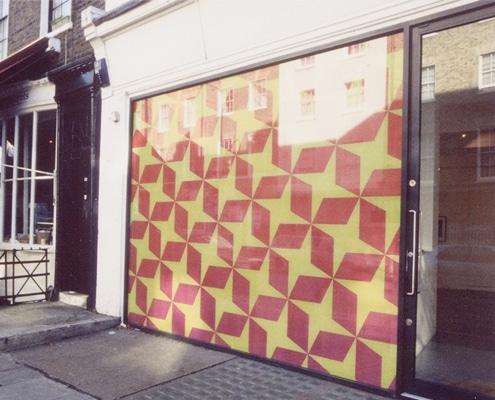 Adhésivage de vitrine pour travaux et opérations de communication en magasin.